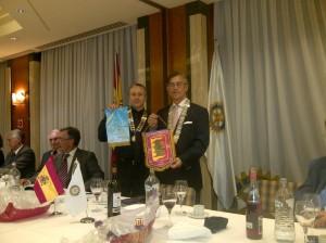 Intercambio de banderines entre Eduardo Pascual y José Ramón Echevarría